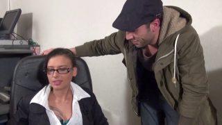 Amel, bonne secrétaire salope aime la baise au bureau!