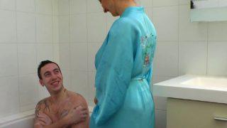 Il encule sa logeuse sous la douche