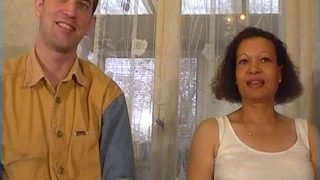 Une mature totalement folle de cul en couple avec un petit jeune